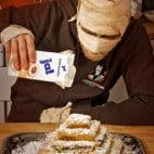 Halloween Rezept Pyramidenkuchen: Einsanden der Pyramide