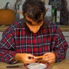 Halloween Rezept Würstchenfinger: Anbringen des Fingernagels