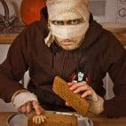 Halloween Rezepte Sarkophag Kuchen: Hand positionieren