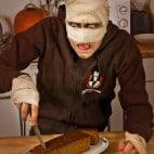 Halloween Rezepte Sarkophag Kuchen: Sarkophag zurecht schneiden
