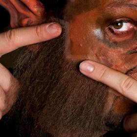 Ankleben der Haarteile für das perfekte Werwolf Make-up