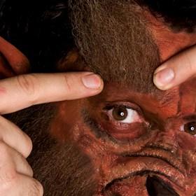 Das Anbringen der Augenbrauen für die Verwandlung in einen Werwolf