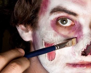 schminkt euch selbst zum zombie wir zeigen euch wie es geht. Black Bedroom Furniture Sets. Home Design Ideas