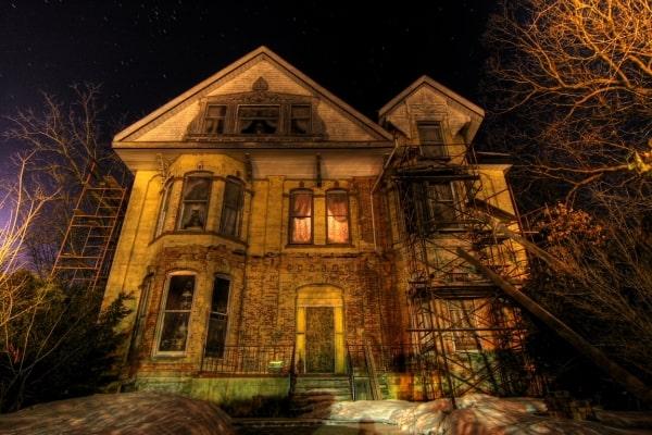 haus halloween dekoideen außen veranda kürbisse gespenster