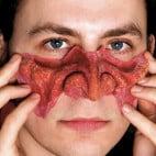 Anpassen der Teufelsnase des Teufels Make-up