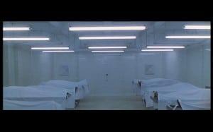 Da hinten hängt er, der Kontroll-Schlüssel - ausgerechnet am anderen Ende der Leichenhalle