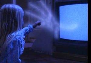 Wie von Geisterhand streckt der Fernseher der kleinen Carol Anne eine Geisterhand entgegen.