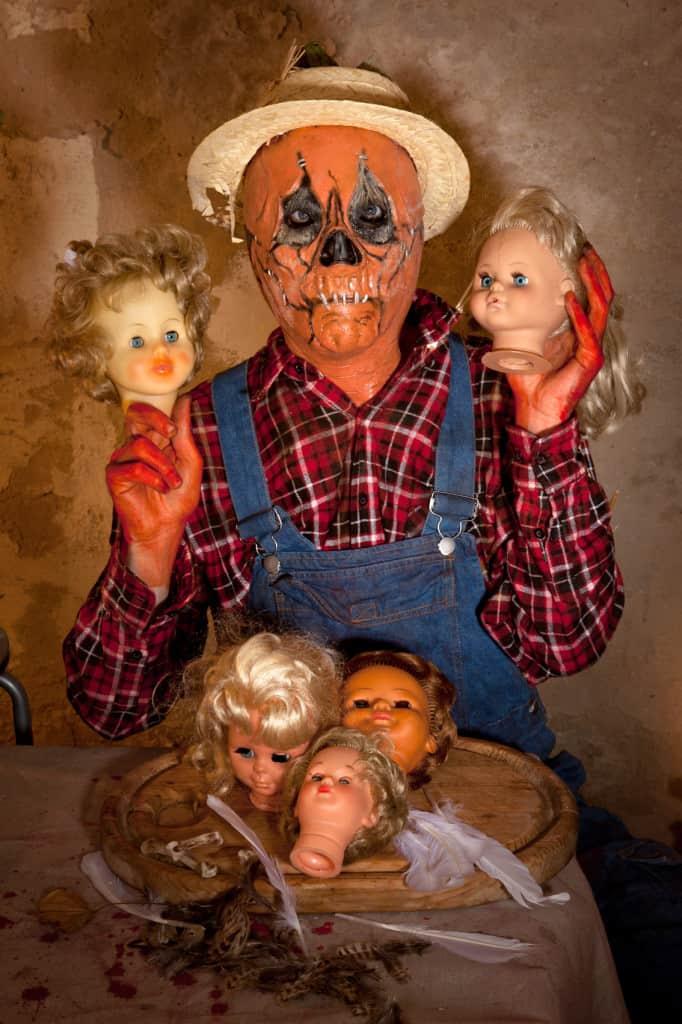 Halloween-Girlande-aus-Puppenkoepfen-2