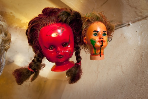 Ein Hauch von Voodoo: Seltsame Puppenköpfe als Halloween Hänge Dekoration