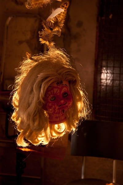 Spooky und grotesk schaut der hängende Puppenkopf aus