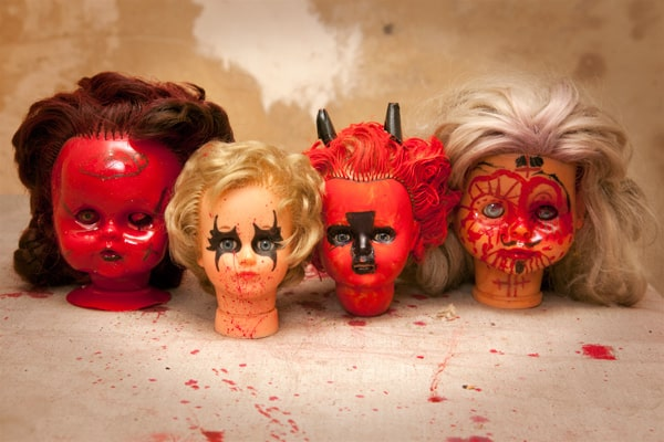 Gruselige Puppenköpfe eignen sich prima für eine gruselige Halloween Dekoration