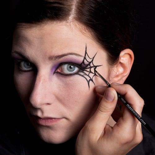 Sexy Halloween Schminkanleitung für Schwarze Witwe Bild 11 - fertig stellen des Spinnenetzes