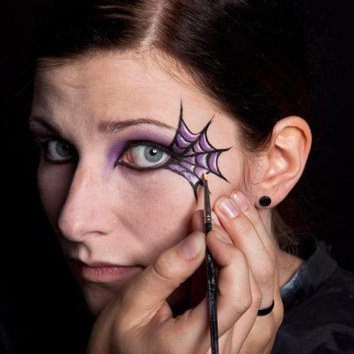 Anbringen weißer Lichtpunkt bei Spinnennetz Make-up