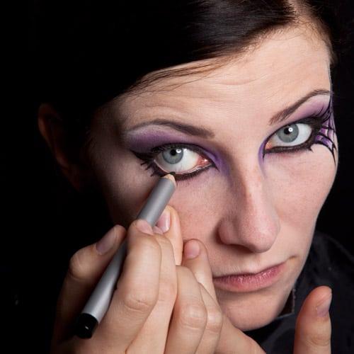 Nachziehen der Lidkante mit Kajal Make up Schwarze Witwe