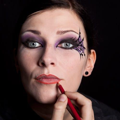 Nachziehen der Lippenkontur: Halloween Schminkanleitung Schwarze Witwe Bild 18