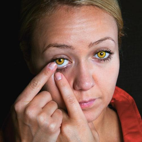Einsetzen der Kontaktlinsen Sexy Teufelin