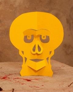 Totenkopf aus Papier als Halloween Tisch Deko