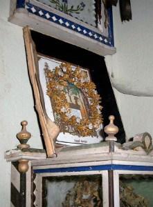 Deutsch: Totenkrone in Dorfkirche Herzberg, Gem. Rietz-Neuendorf, Brandenburg, Deutschland (Quelle: Wikipedia/ Urheber: Engeser)