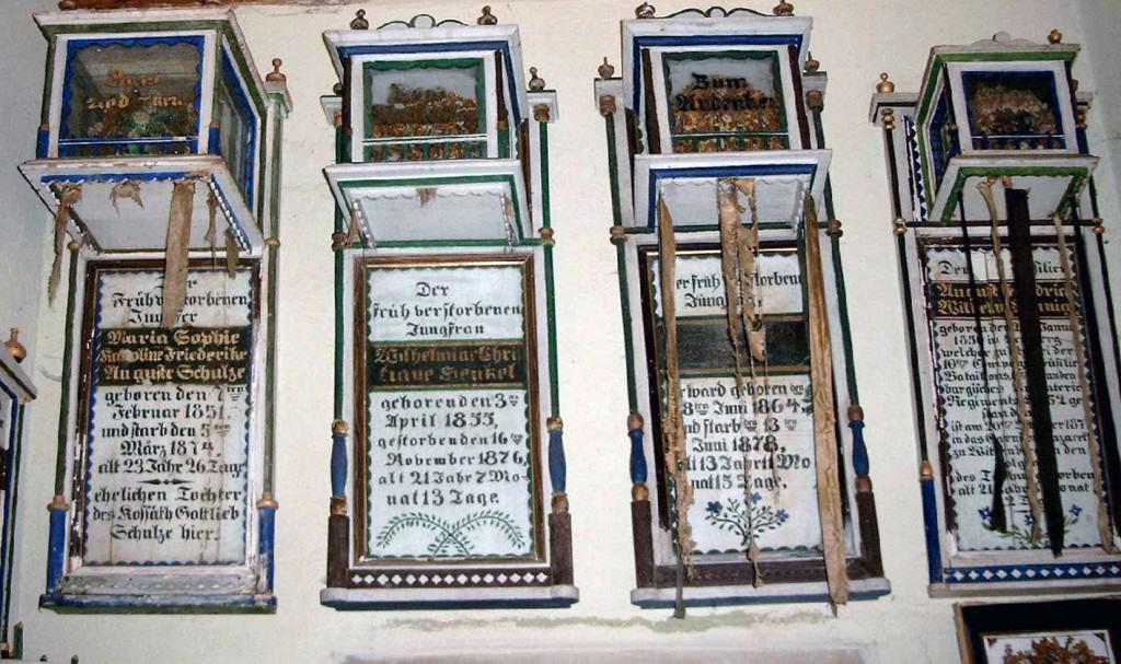 Deutsch: Totenkronen in Dorfkirche Herzberg, Gem. Rietz-Neuendorf, Brandenburg, Deutschland (Quelle: Wikipedia/ Urheber: Engeser)