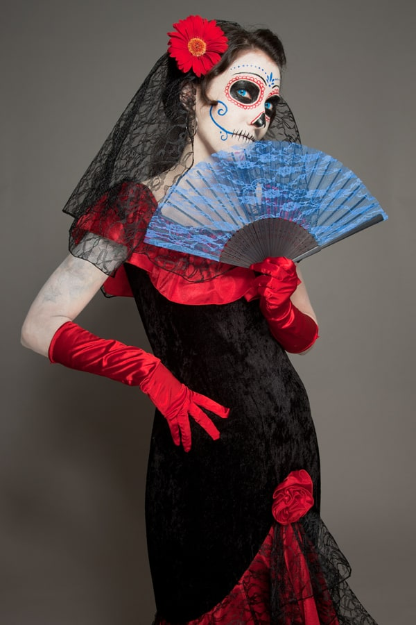 Halloween elegant mit Fächer: als Dia de los Muertos Dame