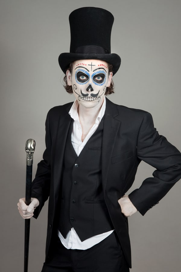 Mit Stock und Hut zur Halloweenparty als Dia de los Muertos Mann