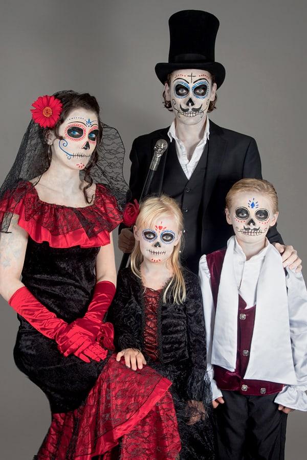 Gruppenfoto der kompletten Dia de los Muertos Familie