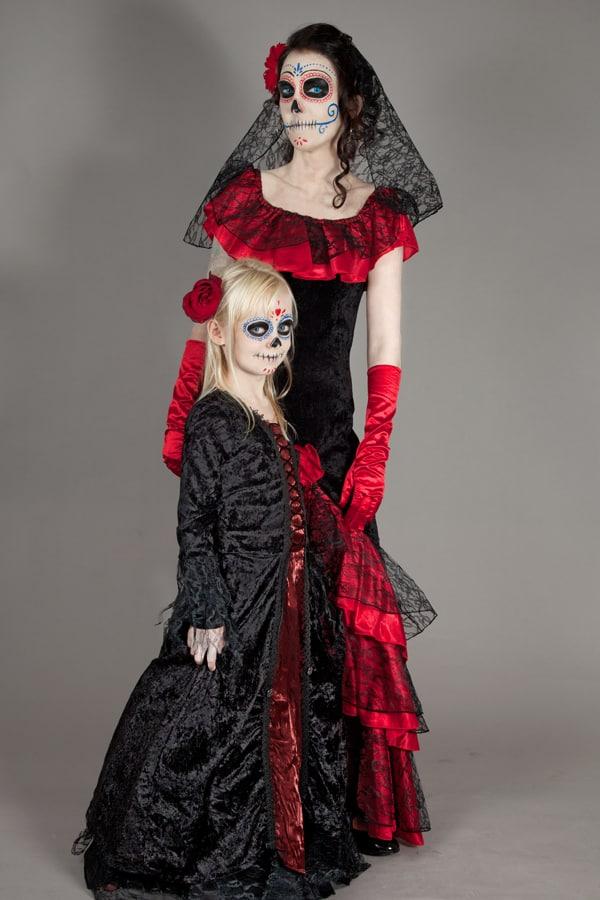 Schöne Kleider gehören zu einem Dia de los Muertos Outfit einfach dazu