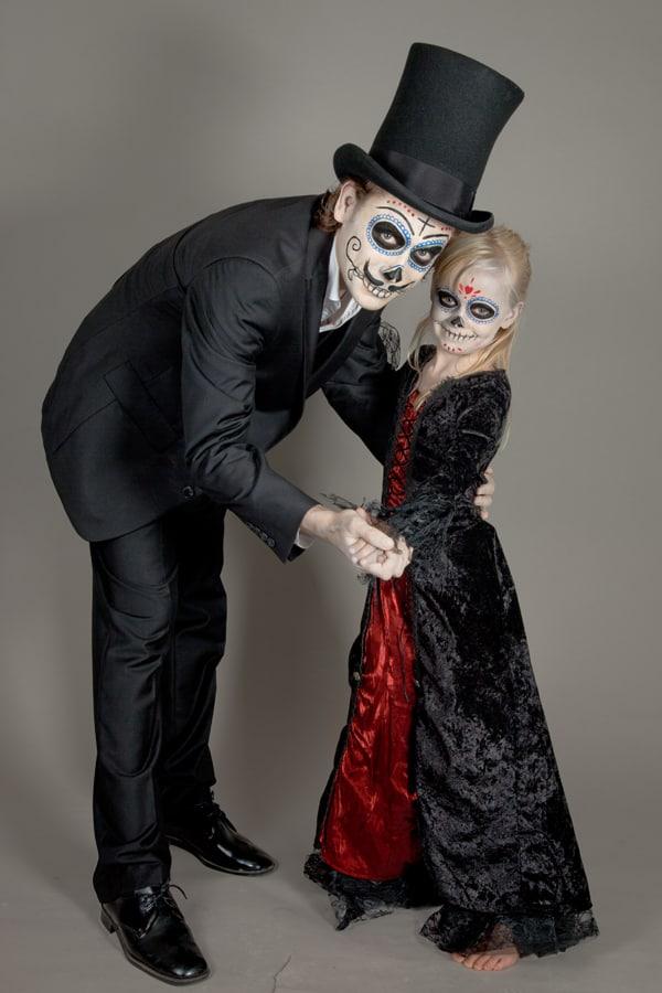 Vater und Tochter in Dia de los Muertos Verkleidung