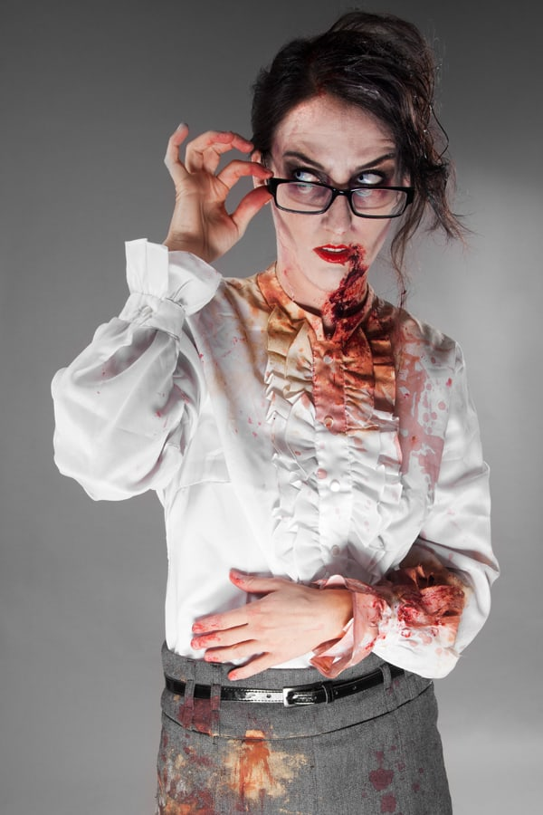 Frau Zombie, bitte zum Diktat
