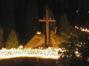 Totengedenken an Halloween Grab mit vielen Lichtern
