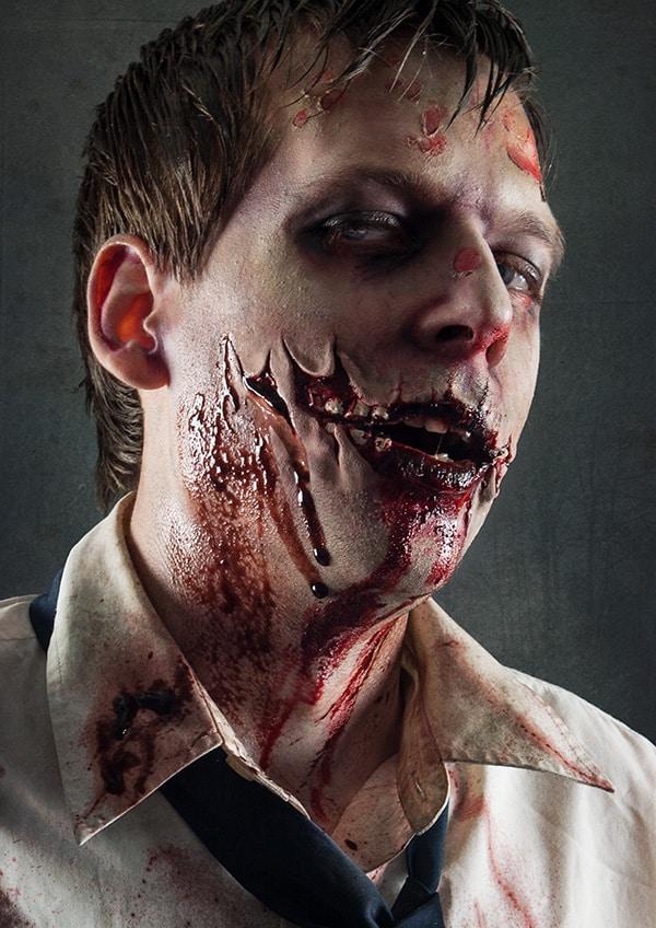 Das tut weh: Eine Zombiewunde mit aufgerissenen Wangen