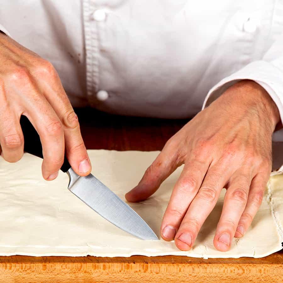 Halloween Rezept Tentakelsuppe Teig ausrollen Zubereitung