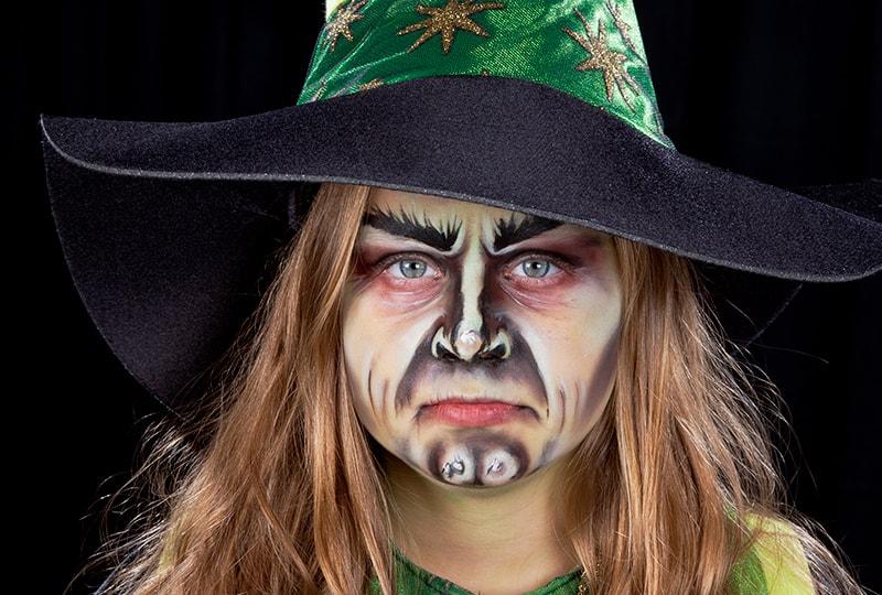 Schminke Dein Kind zu Halloween als Hexe