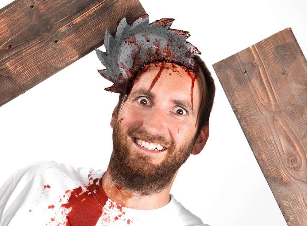 Blutige-Halloween-Schminkanleitung-Säge-im-Kopf (2)