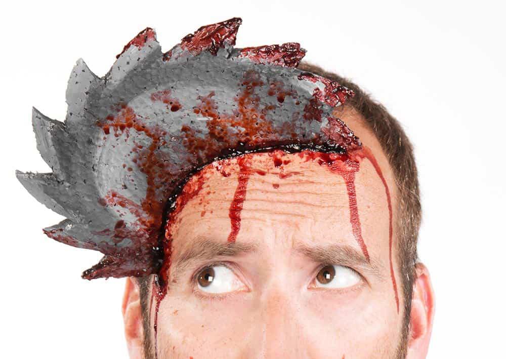 Blutige-Halloween-Schminkanleitung-Säge-im-Kopf