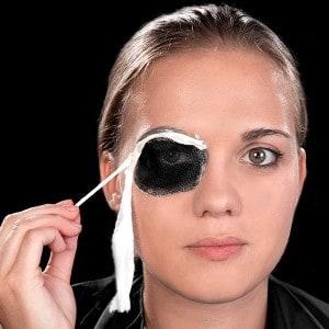 Halloween Schminkanleitung blutiges Auge 9