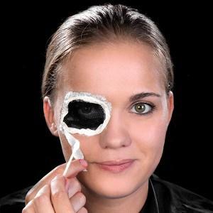 Halloween Schminkanleitung blutiges Auge 10