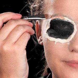 Halloween Schminkanleitung blutiges Auge 12