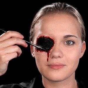 Halloween Schminkanleitung blutiges Auge 13