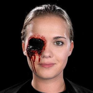 Halloween Schminkanleitung blutiges Auge 14
