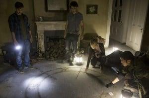 Im Haus finden die Studenten die Spuren einer unheilvollen Beschwörung.
