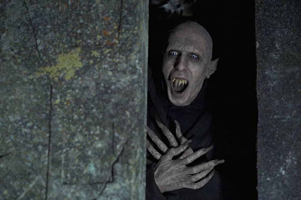 Alter Vampir in seiner Gruft