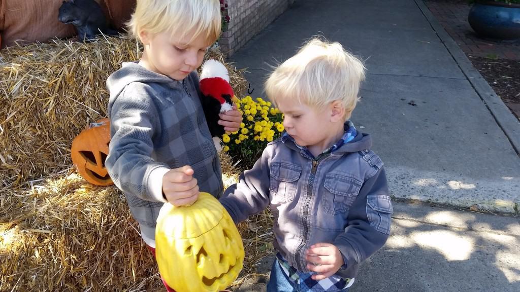 Kinder mit Kürbislaternen an Halloween