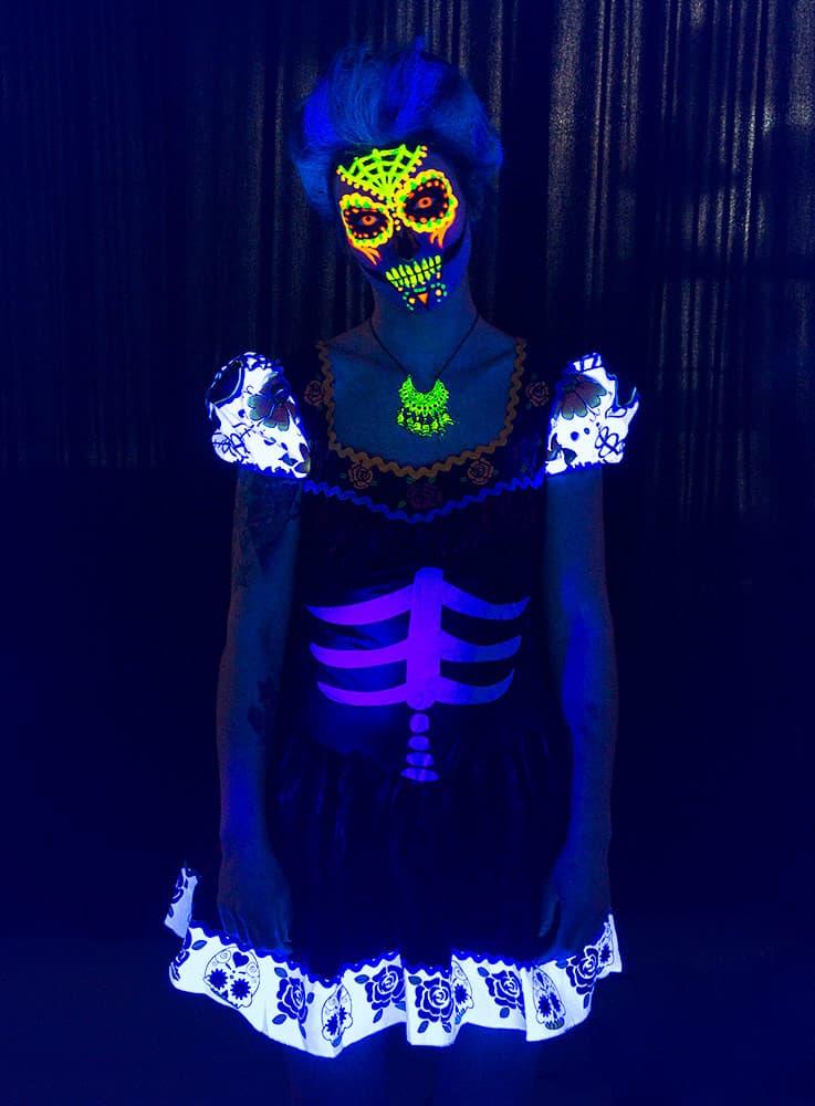 Hier geht es zur UV Schminkanleitung für Halloween - UV Make up